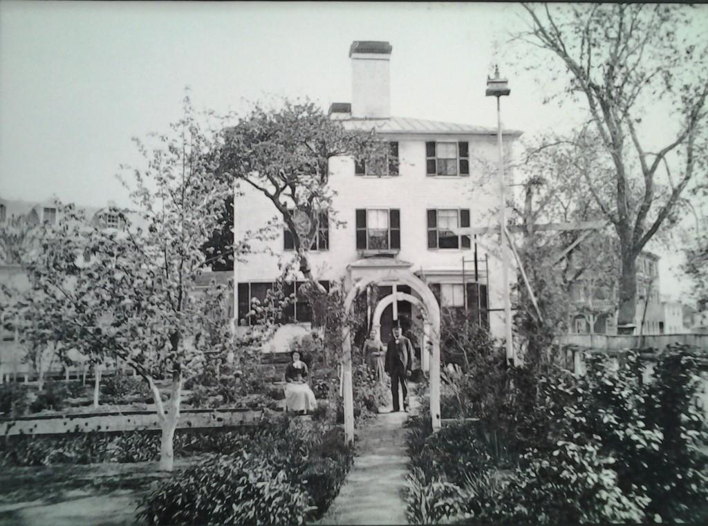Addison Gilbert posa nel suo giardino, ora all'ingresso laterale dell'edificio dal parcheggio.