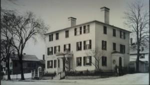 Veduta del palazzo all'angolo tra Main Street e Washington Street.